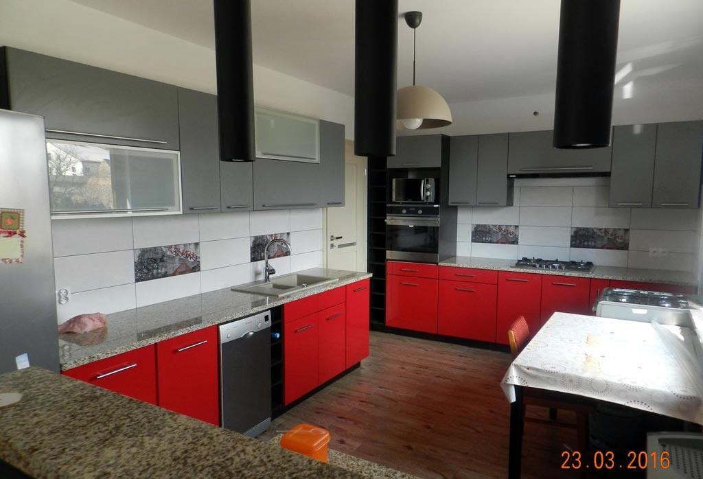aranżacje kuchenne kuchnia czerwonoszara
