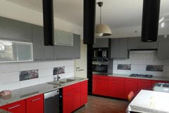 Aranżacje kuchenne - kuchnia czerwono-szara